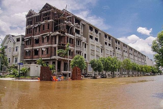 Từ năm 2016, khu A KĐT Lê Trọng Tấn thường xuyên bị ngập nặng. Lý do là cốt nền của KĐT này bằng đường Lê Trọng Tấn, nhưng lại thấp hơn tất cả các KĐT xây dựng sau này.