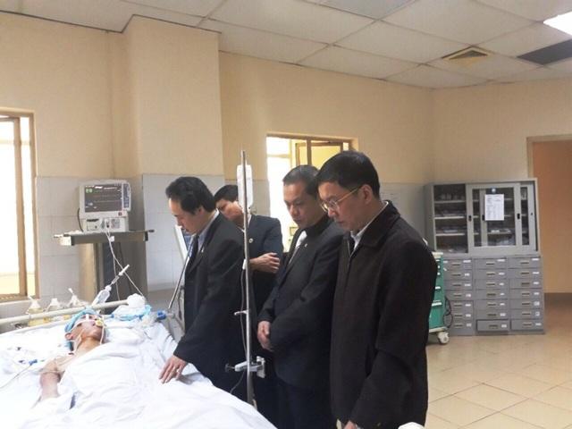 Lãnh đạo Hội Chữ thập đỏ Ninh Bình thăm Thiếu tá Ninh trước khi anh bị chết não, hiến tạng, bộ phận cơ thể để duy trì sự sống cho 4 người và 2 người nhìn thấy ánh sáng.