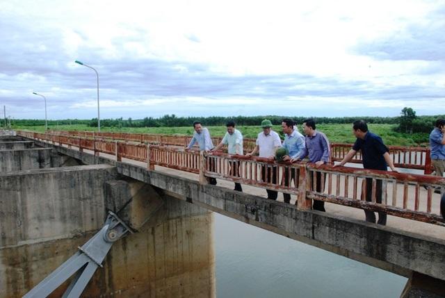 Ông Hà Sỹ Đồng - Phó Chủ tịch UBND tỉnh Quảng Trị (thứ 3 từ trái sang) kiểm tra tình hình an toàn hồ đập trước mùa mưa lũ