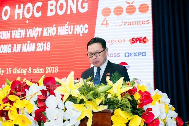 Chủ tịch Công ty 4 ORANGES CO., LTD - ông SMIT CHEANCHARADPONG lên trao học bổng cho các học sinh có kết quả học tập xuất sắc tại tỉnh Long An.