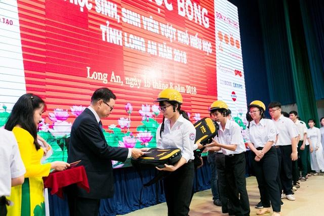 Đại diện của Công ty 4 Oranges Co., Ltd lên trao học bổng cho các học sinh có kết quả học tập xuất sắc tại tỉnh Long An.
