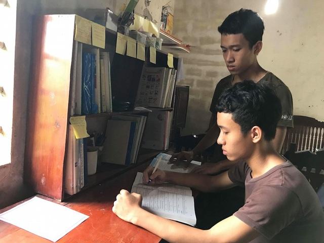 Suốt 12 năm học, Luân và Long luôn đạt gianh hiệu học sinh giỏi toàn diện, đồng thời giành giải học sinh giỏi tỉnh môn Sinh học.