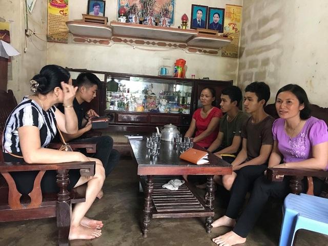 Đón nhận thông tin hai anh em Long và Luân đỗ đại học, các thầy cô giáo, bạn bè và làng xóm đến sẻ chia.