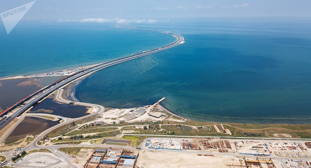 Cầu Crimea nhìn từ trên cao (Ảnh: Sputnik)