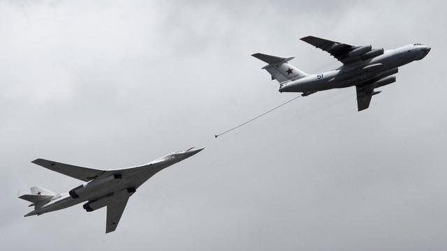 Máy bay ném bom Tu-160 tiếp liệu với máy bay Il-78 hồi tháng 5 (Ảnh: Sputnik)