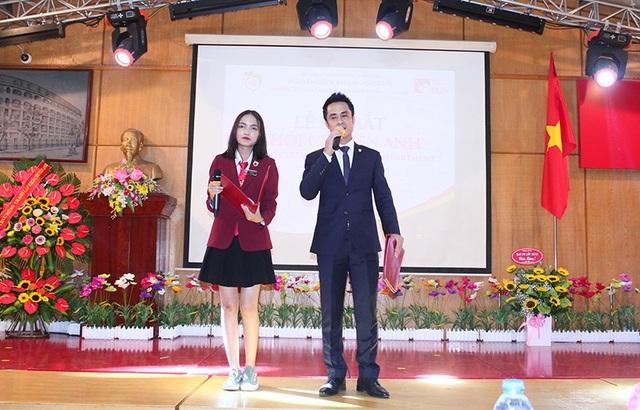 Nữ sinh tự tin dẫn dắt chương trình bằng Tiếng Anh