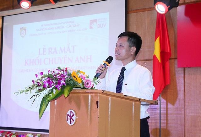 Thầy Hiệu trưởng Đàm Tiến Nam phát biểu ra mắt khối Chuyên Anh