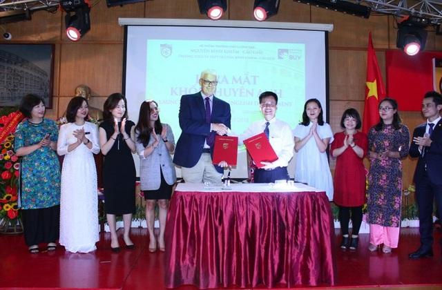 Ký kết hợp tác chương trình dạy IELTS giữa trường Nguyễn Bỉnh Khiêm và Đại học Anh quốc
