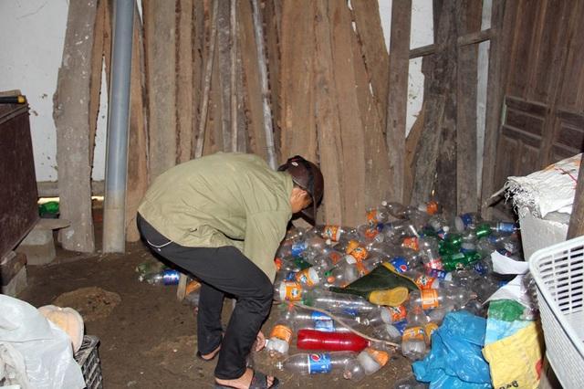 Trong ngôi nhà của bà ngoại em Phương, một gian dành để bà cháu ăn ngủ, gian còn lại để đồ nghề câu lươn, bắt cáy của em.