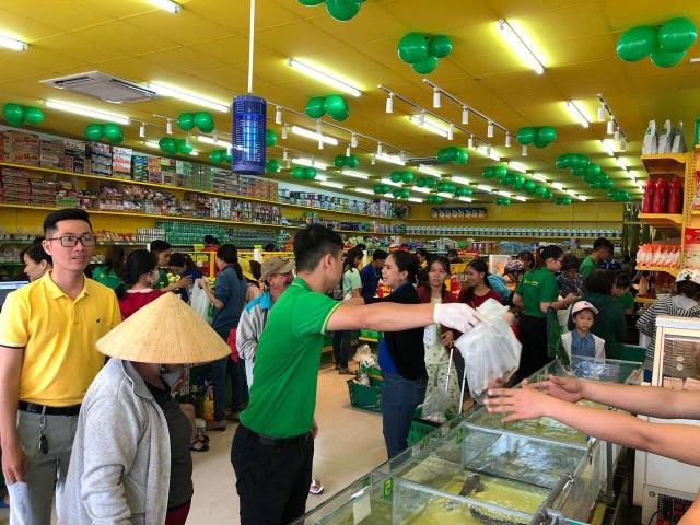 Siêu thị Bách hóa Xanh 43A Bình Thành - Bình Tân luôn tập nập khách hàng vào mua sắm