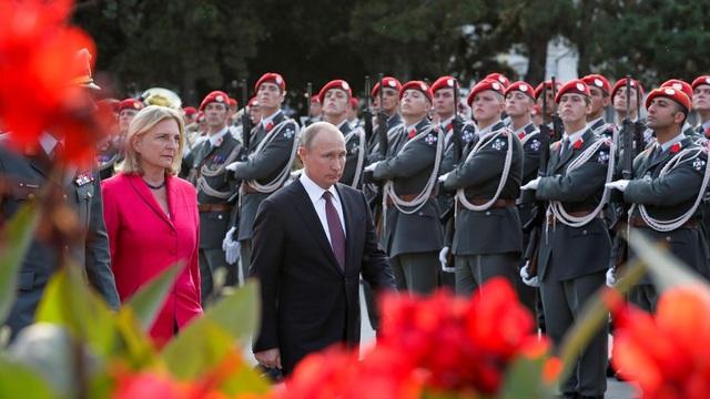 Tổng thống Putin và Ngoại trưởng Áo Karin Kneissl trong chuyến thăm Áo tháng 6/2018 (Ảnh: Reuters)