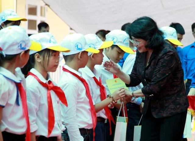 Phó Chủ tịch nước Đặng Thị Ngọc Thịnh trao quà tới trẻ em nghèo xã Phụng Công.