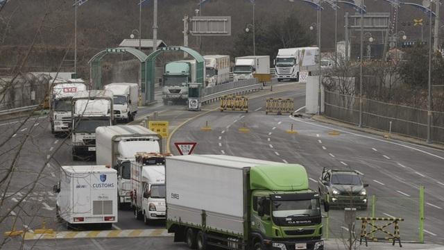Các xe tải trở về từ khu công nghiệp Gaeseong đi qua khu vực kiểm tra hải quan và xuất nhập cảnh gần Panmunjom, Hàn Quốc (Ảnh: Ahn Young-Joon)