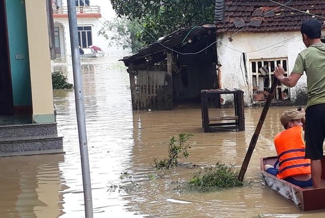 Tình trạng ngập lụt khiến cuộc sống, sinh hoạt của hàng nghìn hộ dân bị đảo lộn