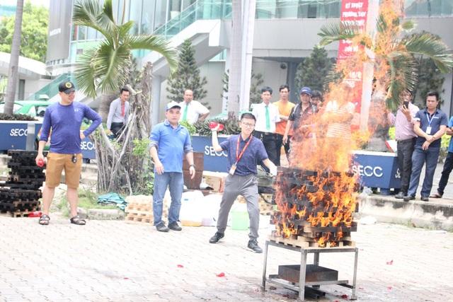 Khách tham quan thực hành dập tắt đám cháy bằng bình chữa cháy dạng ném FIRESAVE được phát triển và sản xuất theo công nghệ Nhật Bản.