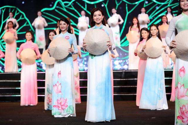 Các thí sinh trình diễn áo dạ hội và áo dài trên nền nhạc do các đàn chị thể hiện.
