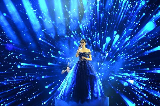 Nguyễn Thị Huyền thể hiện ca khúc tiếng Anh bằng chất giọng đầy nội lực và cảm xúc.