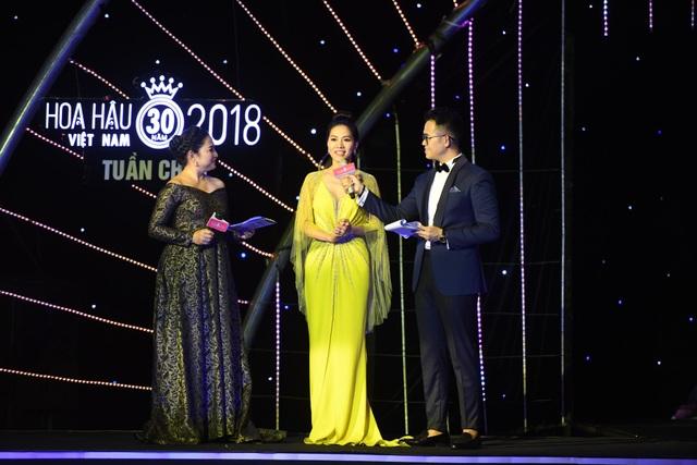 Bà Phạm Kim Dung trả lời phỏng vấn của MC Đức Bảo và Quỳnh Hoa.