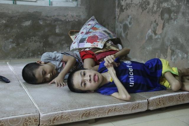 Hai con trai của chị Hiền sinh ra lần lượt mắc bệnh teo cơ duchenne.
