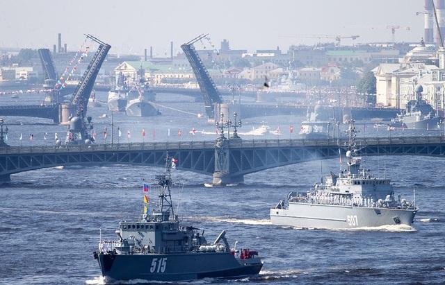 Các tàu quân sự của Nga (Ảnh: TASS)