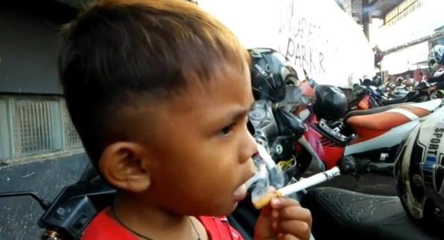 Tay cầm điếu thuốc điệu nghệ