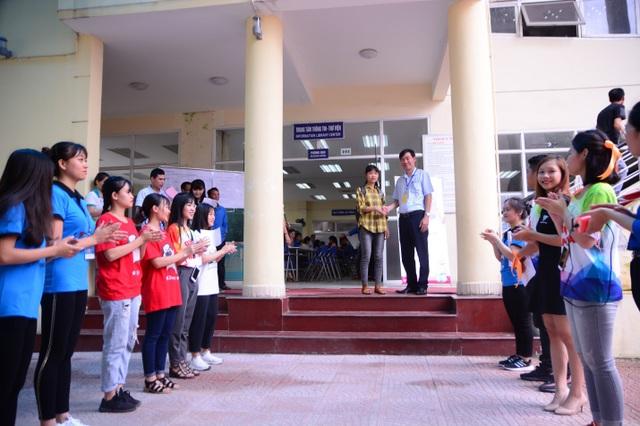 Thủ khoa Hà Thị Nhung được trân trọng đón tiếp trong vòng tay của thầy cô, bè bạn tại Học viện Quản lý giáo dục