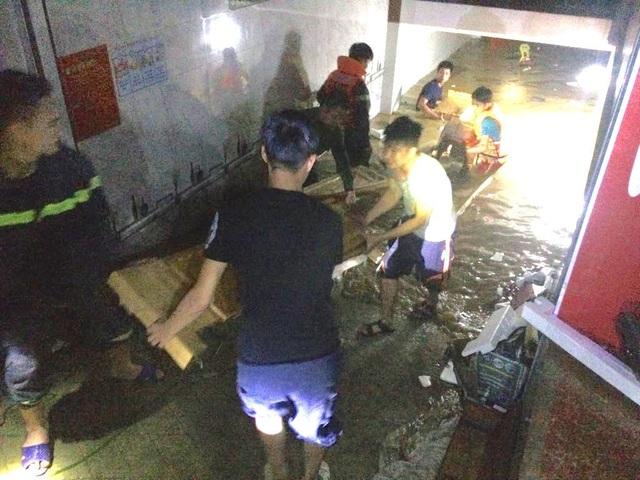 Nước lũ dâng cao tận nóc nhà, hàng nghìn hộ dân phải sơ tán - 9