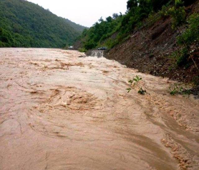 Nhiều tuyến đường bị nước chia cắt.