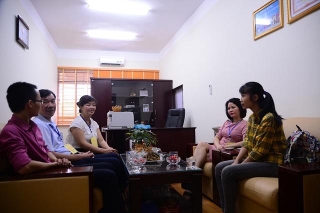 Em Hà Thị Nhung, Thủ khoa toàn Học viện Quản lý giáo dục (ngoài cùng bên phải)