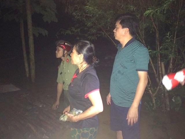 Bí thư Huyện ủy Con Cuông Nguyễn Đình Hùng có mặt trong đêm chỉ đạo việc sơ tán dân.