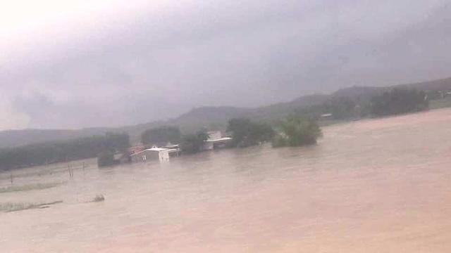 Nhiều ngôi nhà tại huyện Qùy Hợp bị cô lập.