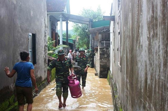 Nước lũ dâng cao tận nóc nhà, hàng nghìn hộ dân phải sơ tán - 23