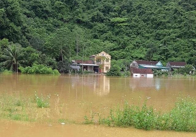 Nước lũ dâng cao tận nóc nhà, hàng nghìn hộ dân phải sơ tán - 15