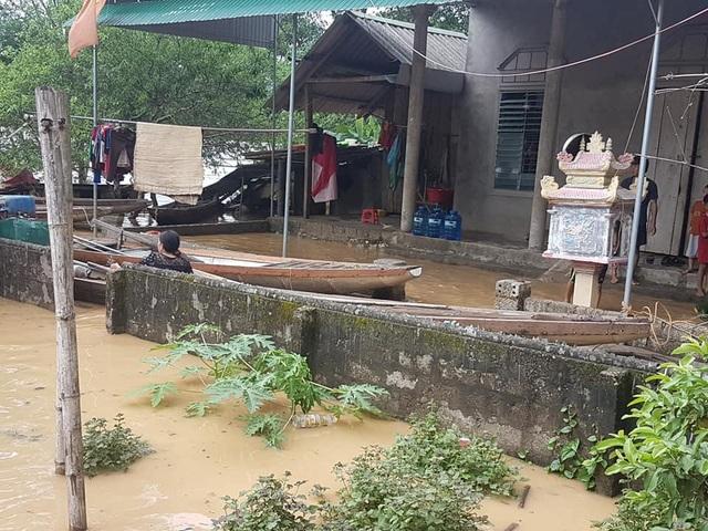 Nước lũ dâng cao tận nóc nhà, hàng nghìn hộ dân phải sơ tán - 16