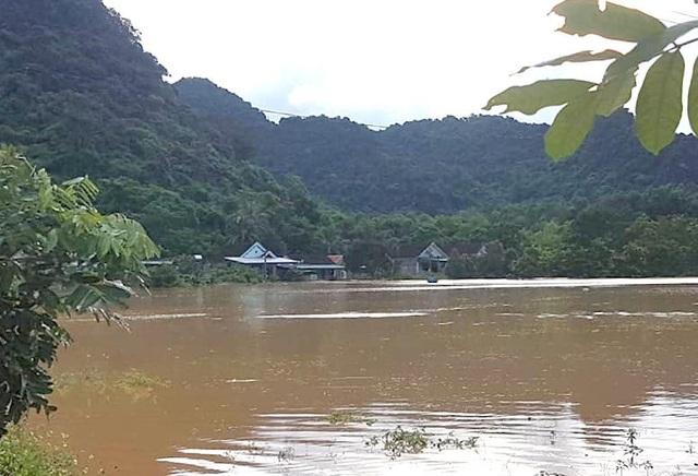 Nước lũ dâng cao tận nóc nhà, hàng nghìn hộ dân phải sơ tán - 17