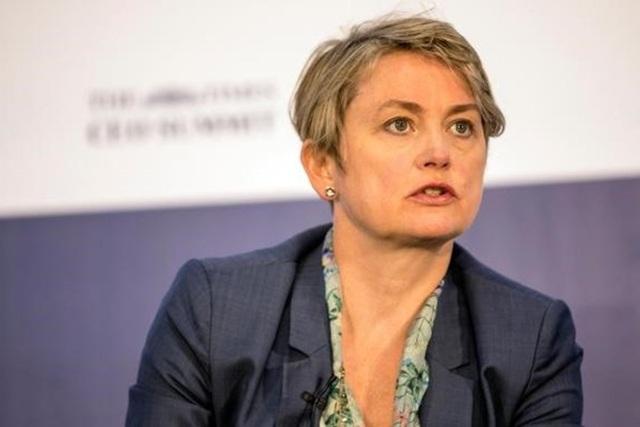 Chủ tịch Ủy ban Nội vụ của Hạ Viện Anh, bà Yvette Cooper - Ảnh: AP