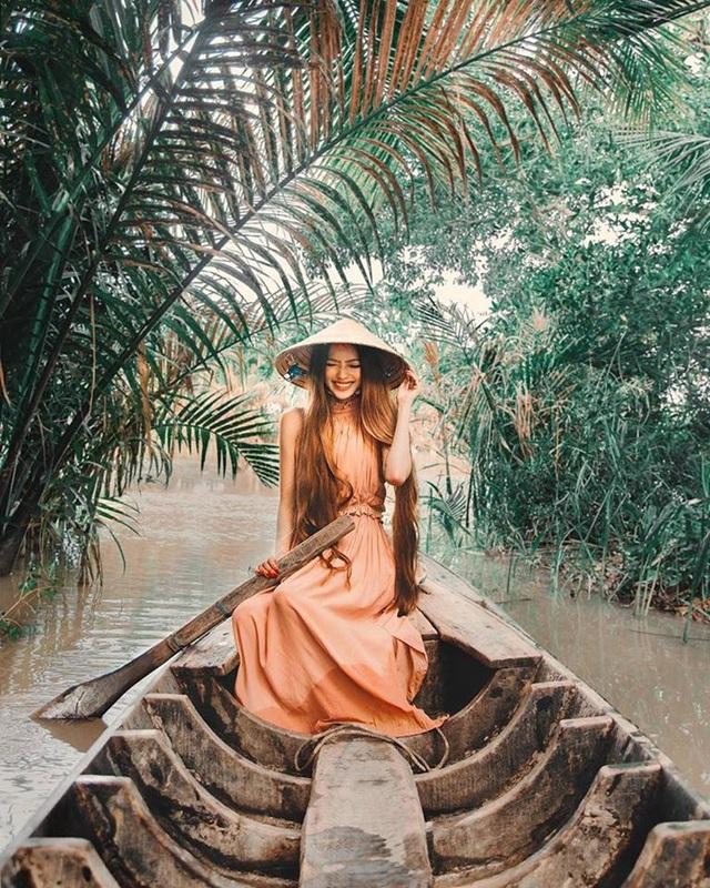 Sarah cho biết quê gốc của cô ở Trà Vinh, và cô đã có những trải nghiệm đi thuyền trên sông, tìm hiểu nhịp sống của người dân miền Tây sông nước trong những ngày qua.