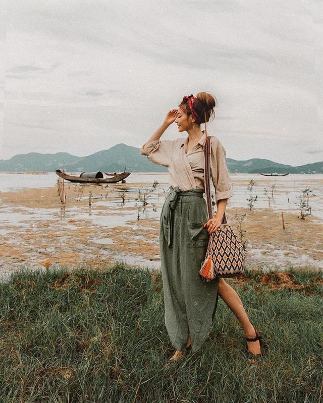 Một khoảnh khắc của Sarah Trần tại Huế. Cô cho biết do thời tiết mùa hè ở Huế khá nóng, nên cô chọn kiểu tóc búi gọn gàng thay vì xõa suối tóc dài thướt tha như thường lệ.
