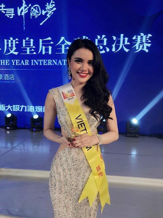 ... và Trang phục dạ hội đẹp nhất tại cuộc thi Nữ hoàng Du lịch Quốc tế 2017 và lọt top 30 Nữ hoàng du lịch quốc tế.