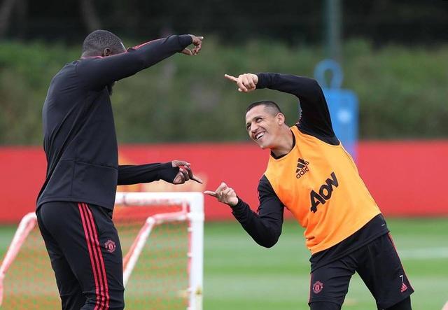 Sanchez đã tập luyện vui vẻ với đồng đội nhưng không hiểu sao anh lại vắng mặt không tới Amex
