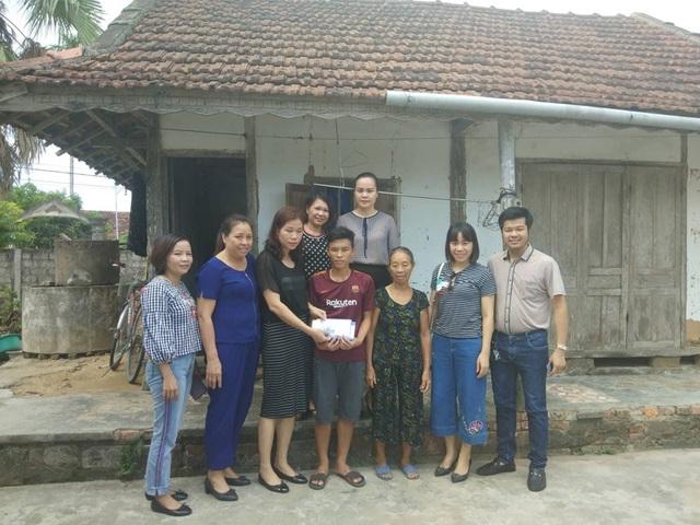 Với sự chỉ dẫn của PV Dân trí, nhiều nhà hảo tâm đã đến tận nhà em Phương hỗ trợ nóng, giúp em kịp nhập học.