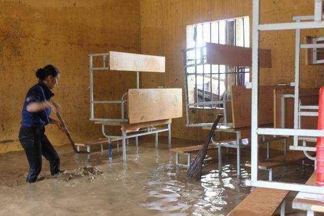 Nghệ An: Nhói lòng nhìn nước lũ dâng nhấn chìm ngôi trường đầu năm học mới - 16