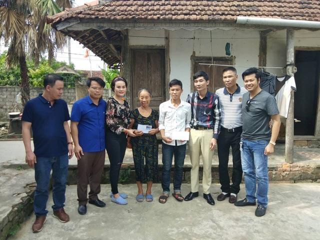 Trong ngày 19/8, một nhóm nhà hảo tâm từ Quảng Ninh và Đà Nẵng đến tận nhà hỗ trợ em Phương.