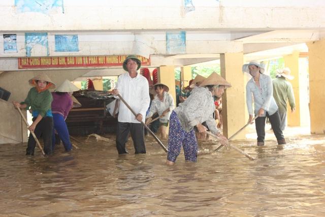 Nghệ An: Nhói lòng nhìn nước lũ dâng nhấn chìm ngôi trường đầu năm học mới - 18