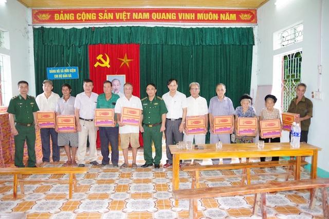 BĐBP Nghệ An hỗ trợ lương thực cho các hộ dân trong bản Bà.