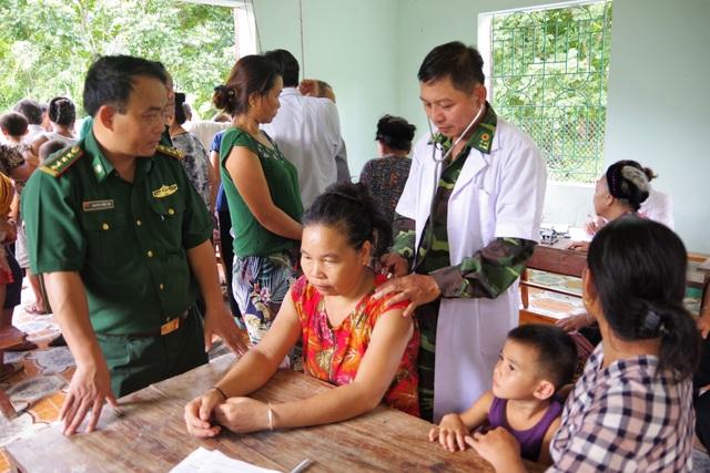 Đã có hơn 450 người dân được khám, tư vấn chữa bệnh, cấp thuốc miễn phí.