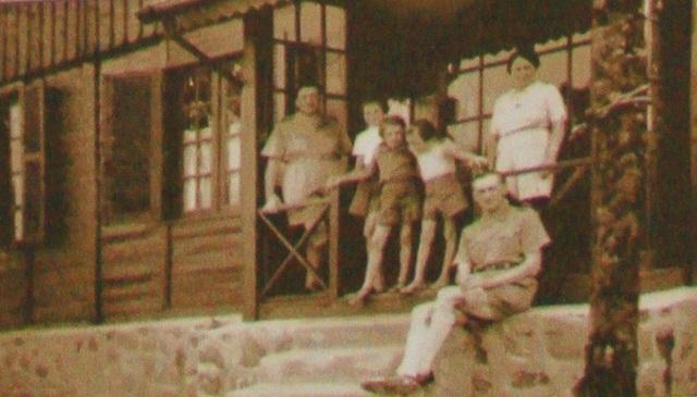 Gia đình ông Nicole trước ngôi nhà của mình tại Bạch Mã khi lên nghỉ mát vào mùa hè thu (nguồn Tân Hội Đô Thành Hiếu Cổ)
