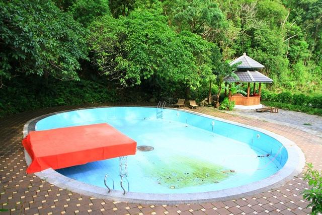 Bể bơi xưa ở biệt thự Phong Lan