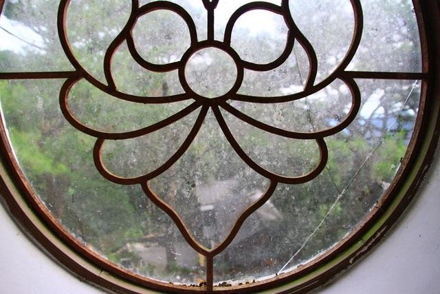 Ô cửa sổ với hoa văn cổ