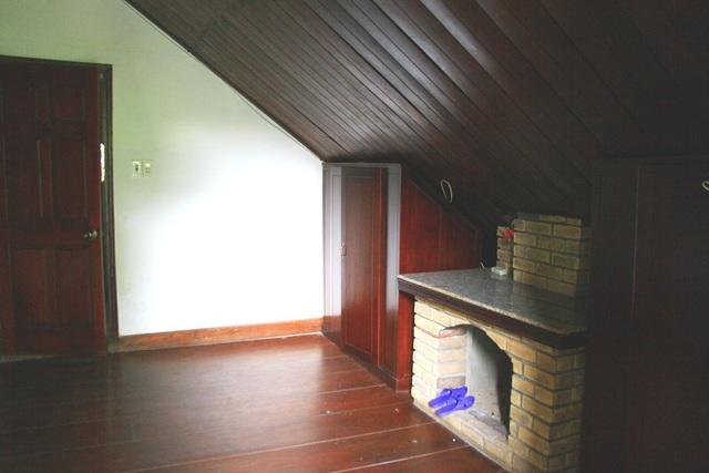 Một phòng ngủ đậm phong cách Pháp với lò sưởi còn dùng được